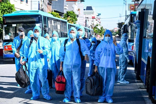 Ảnh: Đưa gần 300 công nhân từ tâm dịch Bắc Giang về Hà Nội trong quy trình nghiêm ngặt - ảnh 19
