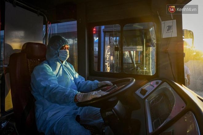 Ảnh: Đưa gần 300 công nhân từ tâm dịch Bắc Giang về Hà Nội trong quy trình nghiêm ngặt - ảnh 13