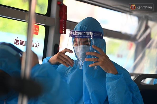 Ảnh: Đưa gần 300 công nhân từ tâm dịch Bắc Giang về Hà Nội trong quy trình nghiêm ngặt - ảnh 15