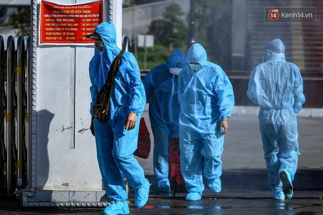 Ảnh: Đưa gần 300 công nhân từ tâm dịch Bắc Giang về Hà Nội trong quy trình nghiêm ngặt - ảnh 17