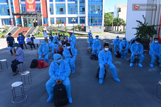 Ảnh: Đưa gần 300 công nhân từ tâm dịch Bắc Giang về Hà Nội trong quy trình nghiêm ngặt - ảnh 18