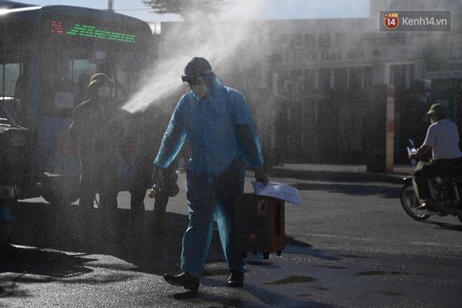Ảnh: Đưa gần 300 công nhân từ tâm dịch Bắc Giang về Hà Nội trong quy trình nghiêm ngặt - ảnh 8