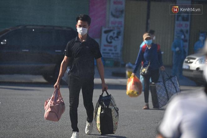 Ảnh: Đưa gần 300 công nhân từ tâm dịch Bắc Giang về Hà Nội trong quy trình nghiêm ngặt - ảnh 9