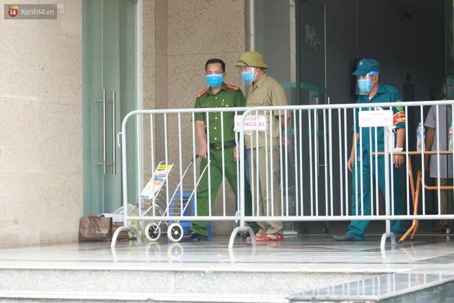 Hà Nội: Phong tỏa 1 tòa chung cư sau khi ghi nhận ca dương tính SARS-CoV-2 - ảnh 8