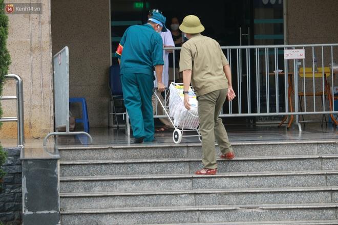 Hà Nội: Phong tỏa 1 tòa chung cư sau khi ghi nhận ca dương tính SARS-CoV-2 - ảnh 9