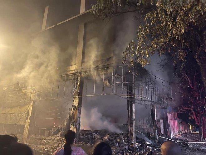 Nghệ An: Phòng trà bốc cháy trong đêm, phát hiện 6 người chết ở tầng 2 - ảnh 3