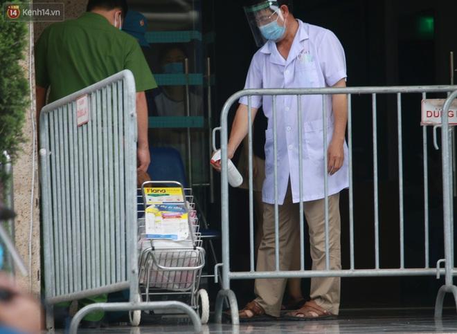Hà Nội: Phong tỏa 1 tòa chung cư sau khi ghi nhận ca dương tính SARS-CoV-2 - ảnh 12