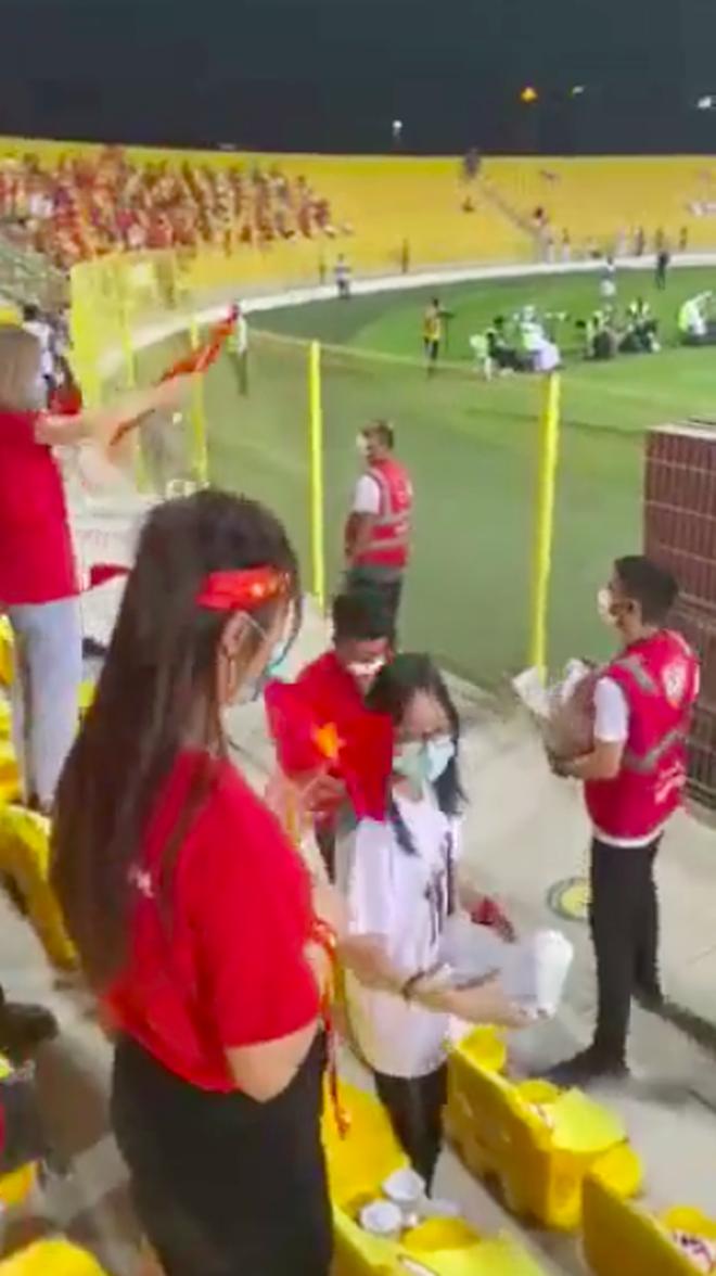 Cổ động viên Việt Nam hé lộ món quà đặc biệt từ ban tổ chức Dubai trên khán đài tối qua, ai cũng tấm tắc vì quá tâm lý! - Ảnh 2.
