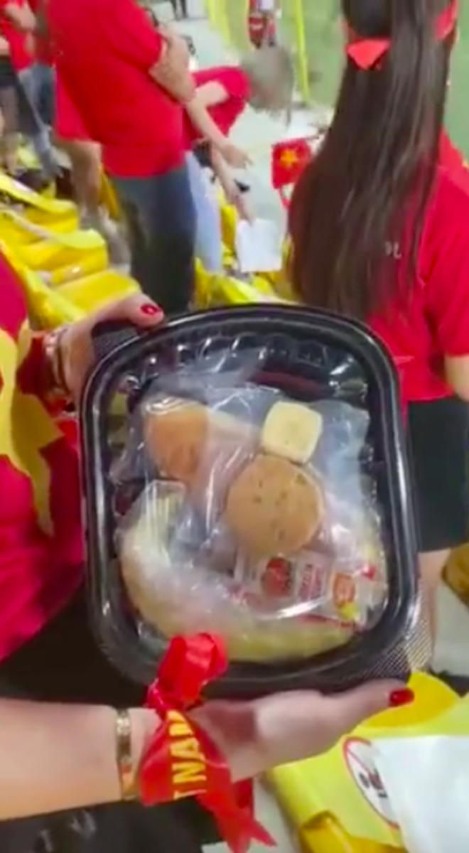 Cổ động viên Việt Nam hé lộ món quà đặc biệt từ ban tổ chức Dubai trên khán đài tối qua, ai cũng tấm tắc vì quá tâm lý! - Ảnh 3.