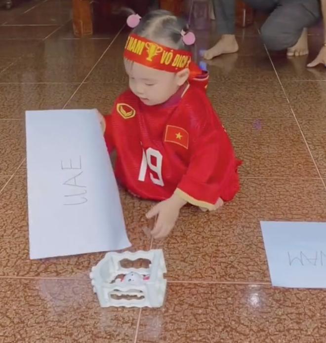 Clip tiên tri triệu view của cháu gái Quang Hải: Mặc áo đá bóng của chú, đầu buộc băng rôn nhưng lại chọn... UAE chiến thắng - Ảnh 2.
