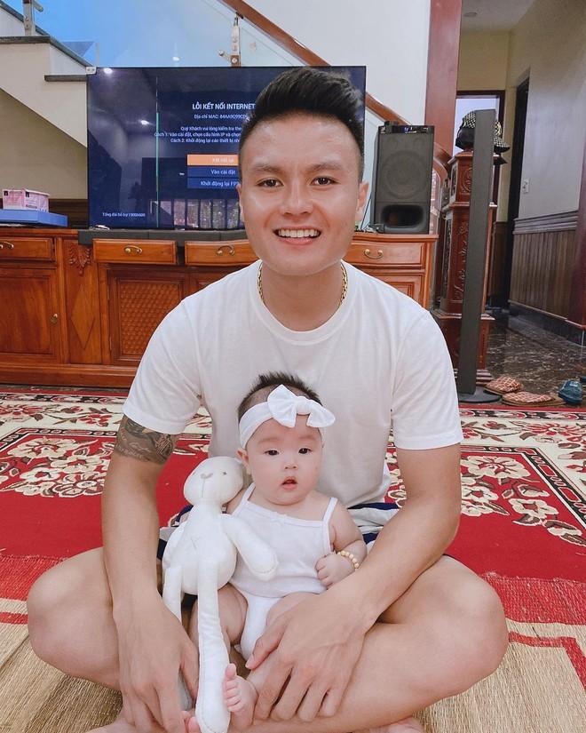 Clip tiên tri triệu view của cháu gái Quang Hải: Mặc áo đá bóng của chú, đầu buộc băng rôn nhưng lại chọn... UAE chiến thắng - Ảnh 3.