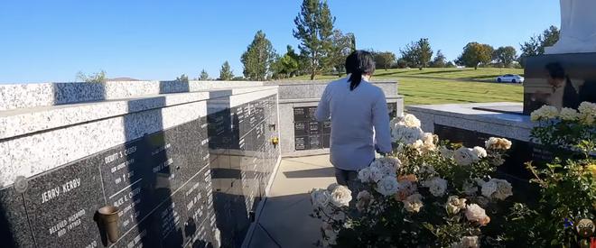Khoa Pug gây tranh cãi khi đến viếng mộ cố NS Chí Tài nhưng lại dùng từ đi review - Ảnh 4.