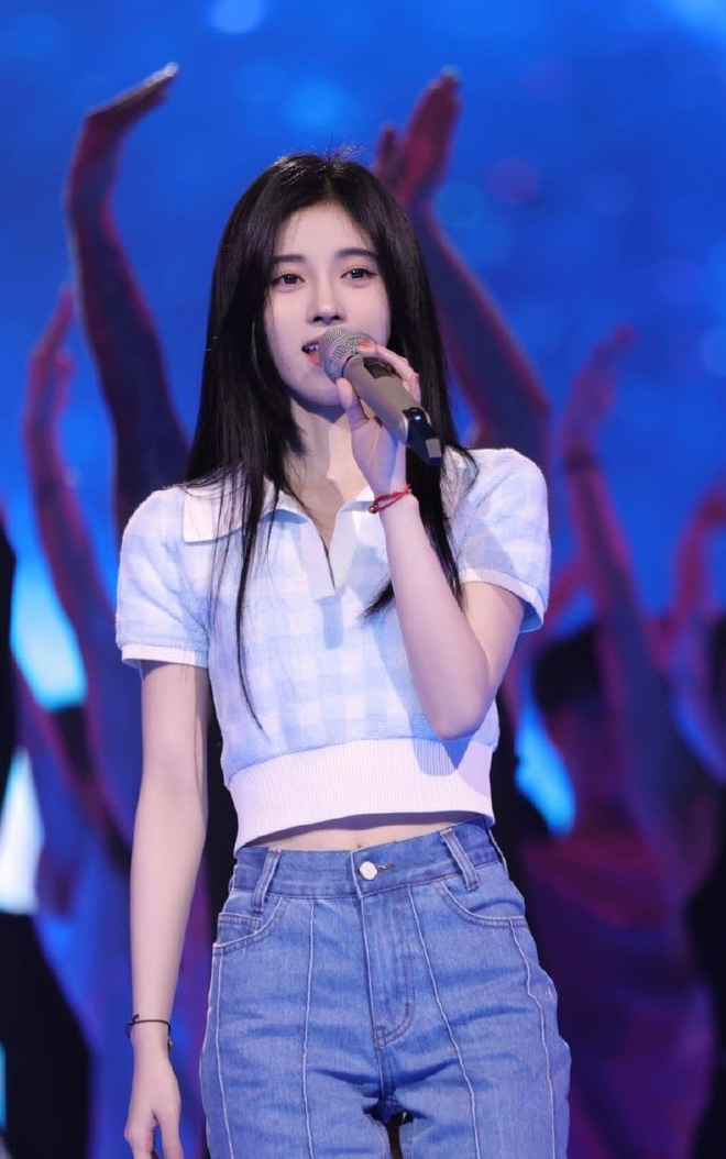 Cúc Tịnh Y vướng nghi án mặc đồ pha ke, netizen phát hiện ra chỉ nhờ... đếm hoạ tiết trên áo? - ảnh 1