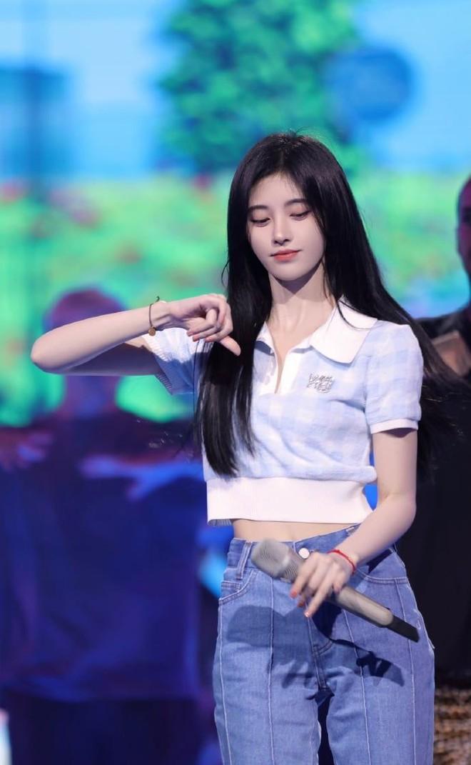 Cúc Tịnh Y vướng nghi án mặc đồ pha ke, netizen phát hiện ra chỉ nhờ... đếm hoạ tiết trên áo? - ảnh 2