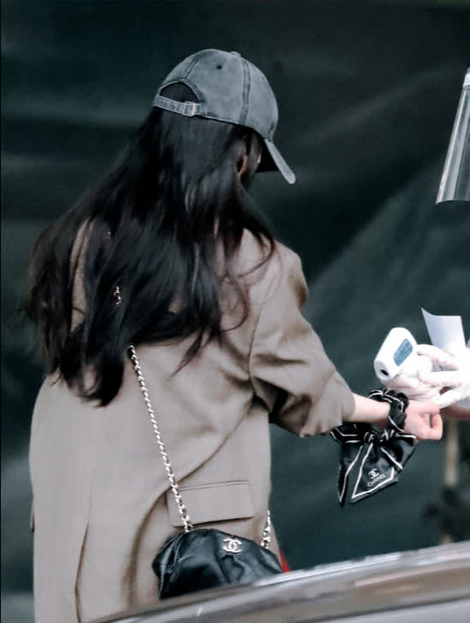 Nữ hoàng sân bay Dương Mịch xuất hiện chớp nhoáng với body đẳng cấp, đôi chân dài bị lu mờ vì 1 món nhỏ mà đắt đỏ trên tay - ảnh 5