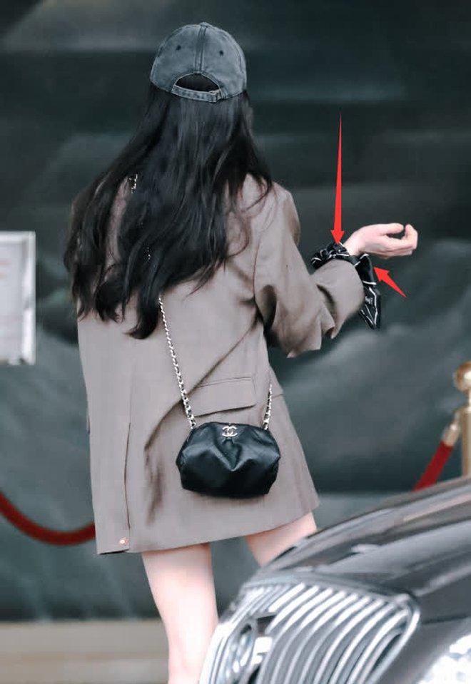 Nữ hoàng sân bay Dương Mịch xuất hiện chớp nhoáng với body đẳng cấp, đôi chân dài bị lu mờ vì 1 món nhỏ mà đắt đỏ trên tay - ảnh 4