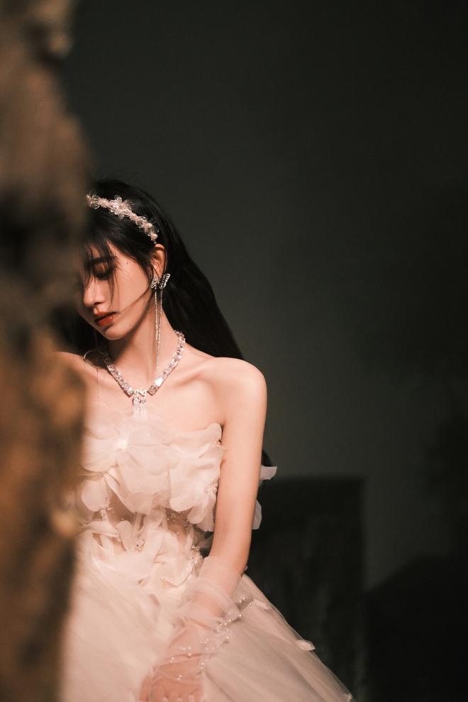 Nghẹt thở với bộ ảnh sinh nhật của Cúc Tịnh Y: Visual kinh diễm tới từng milimet, vòng 1 đẫy đà như muốn trực trào ra ngoài - ảnh 13