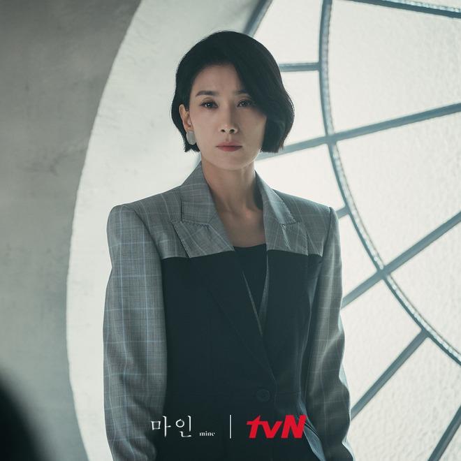"""Khánh Linh làm clip """"biến hình"""" thời trang, cơ mà sao nhìn cứ giống Mợ cả trong Mine thế này? - ảnh 6"""