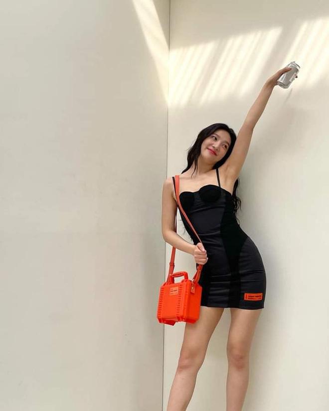 Cùng rửa mắt với những lần Joy (Red Velvet) diện váy 2 dây căng đét, phô diễn body mlem nhất Red Velvet - ảnh 3