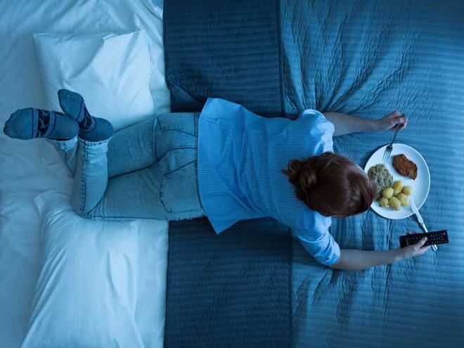 5 thói xấu trong việc ăn uống sẽ âm thầm phá hoại dạ dày mà rất nhiều người mắc phải - ảnh 2