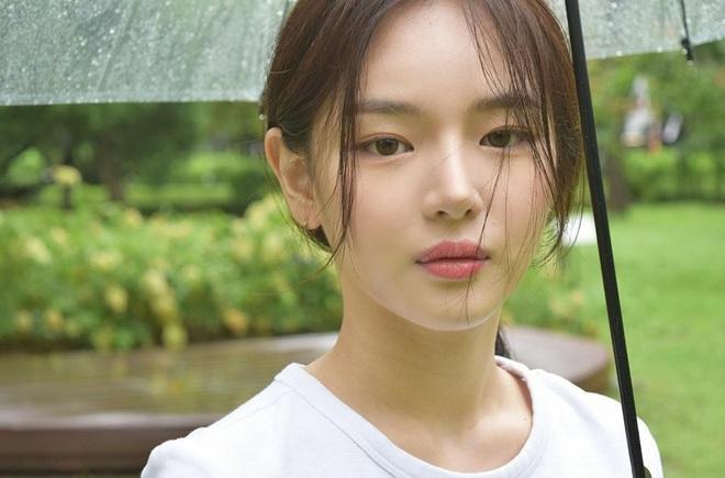 Tiểu Han So Heehóa ra có thật: Cả mặt lẫn makeup, tóc tai đều giống bản gốc, có nói là chị em ruột cũng hợp lý luôn - ảnh 2