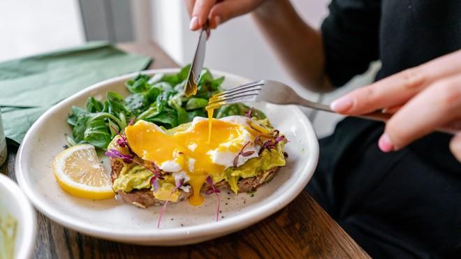 5 thói xấu trong việc ăn uống sẽ âm thầm phá hoại dạ dày mà rất nhiều người mắc phải - ảnh 1