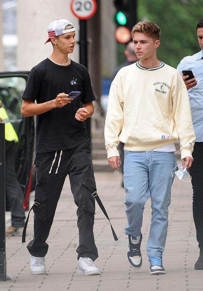 Con trai Beckham xuống phố sương sương với bạn thân ca sĩ, đã đẹp trai lại còn lái siêu xe bóng loáng hơn 2 tỷ dù mới 18 tuổi - ảnh 3
