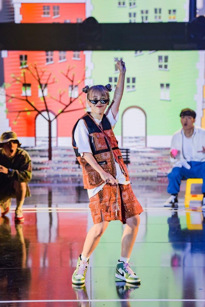 Hậu Hoàng diện kính swag cực bựa thi nhảy, netizen kiểu: 'Vitamin vui vẻ' của show đây rồi! - ảnh 2