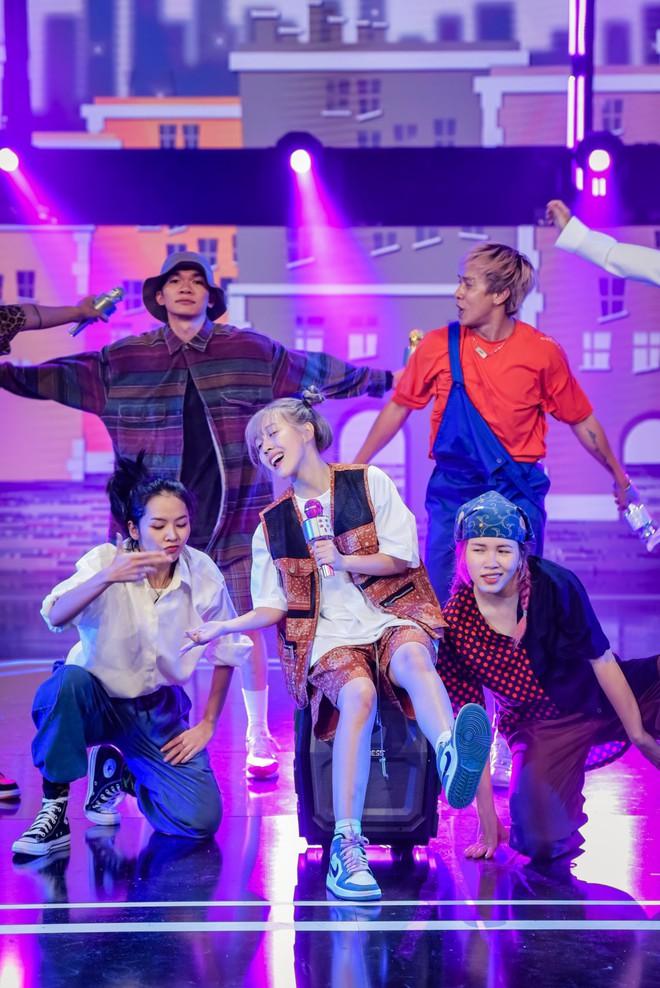 Hậu Hoàng diện kính swag cực bựa thi nhảy, netizen kiểu: 'Vitamin vui vẻ' của show đây rồi! - ảnh 3