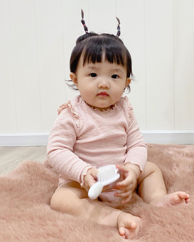 Tiểu bánh bao nhà Đông Nhi để tóc 2 sừng bhìn y chang chú dế mèn phiên bản cute, bảo sao bố mẹ mê làm dáng cho con suốt - ảnh 6