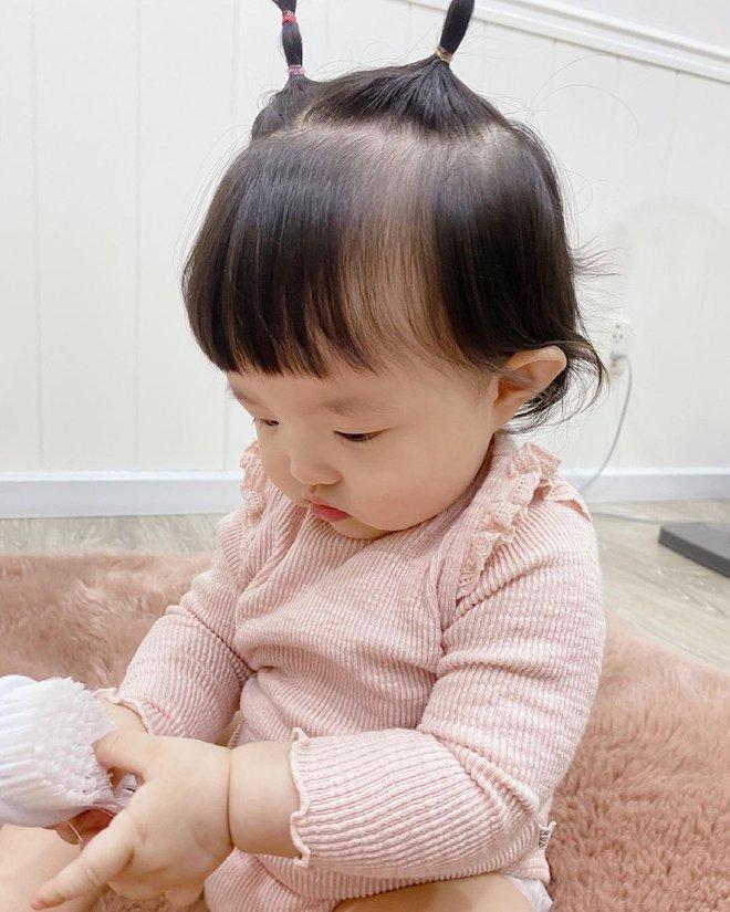 Tiểu bánh bao nhà Đông Nhi để tóc 2 sừng bhìn y chang chú dế mèn phiên bản cute, bảo sao bố mẹ mê làm dáng cho con suốt - ảnh 5