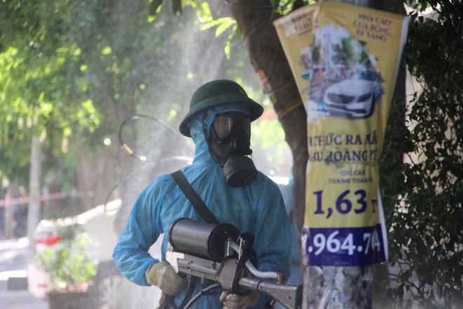 Ảnh: Phun khử khuẩn toàn bộ TP Vinh trong 3 ngày để ngăn ngừa Covid-19 - ảnh 3