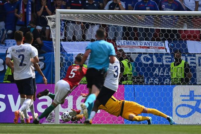 Bất ngờ phá lưới ĐT Pháp, cầu thủ Hungary ăn mừng quá sung khiến nữ phóng viên hết hồn - ảnh 1