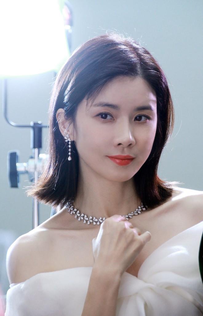 Mợ út tài phiệt của Mine Lee Bo Young: Hoa hậu bị gán mác tiểu tam, cự tuyệt tài tử Ji Sung rồi lại cùng chàng có kết đẹp như cổ tích - ảnh 8