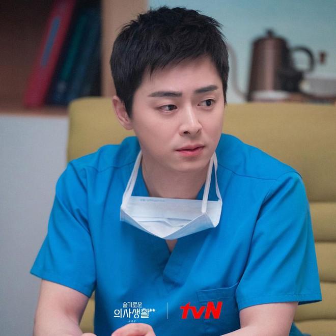 """Thánh làm màu"""" ở Hospital Playlist - Jo Jung Suk: Ngôi sao đi lên từ nghèo  khó, tự nguyện cắt 7 tỷ tiền cát xê vì lý do không ai ngờ"""