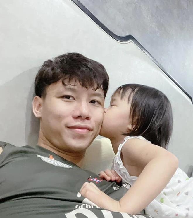 """Ngày thứ 4 cách ly của ĐT Việt Nam: Dàn nam thần mở đại hội khoe """"múi sầu riêng"""", trai có vợ hướng về gia đình - Ảnh 27."""