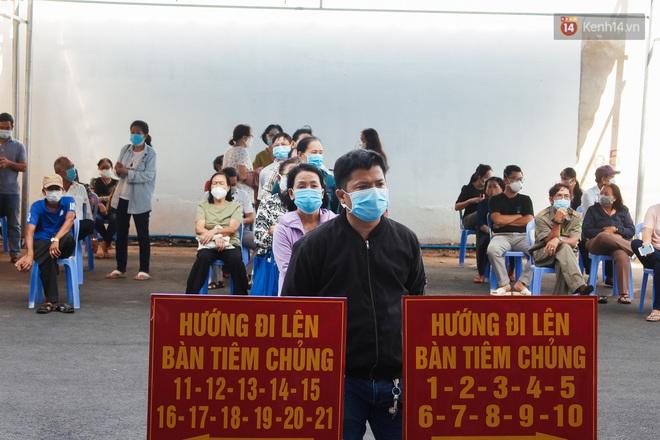 Ảnh: 8.000 người dân quận Bình Thạnh tiêm vaccine Covid-19 trong chiến dịch tiêm chủng lớn nhất lịch sử - Ảnh 2.