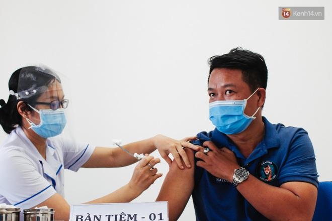 Ảnh: 8.000 người dân quận Bình Thạnh tiêm vaccine Covid-19 trong chiến dịch tiêm chủng lớn nhất lịch sử - Ảnh 8.