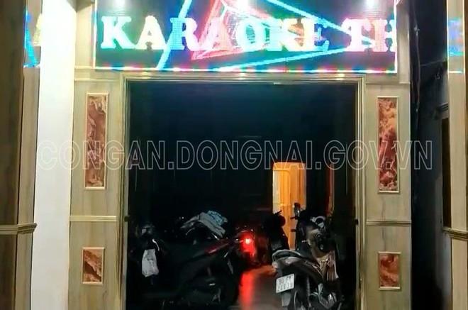 Đồng Nai: Chủ quán karaoke lén lút đón khách và cho nhân viên thoát y phục vụ trong mùa dịch Covid-19 - Ảnh 1.