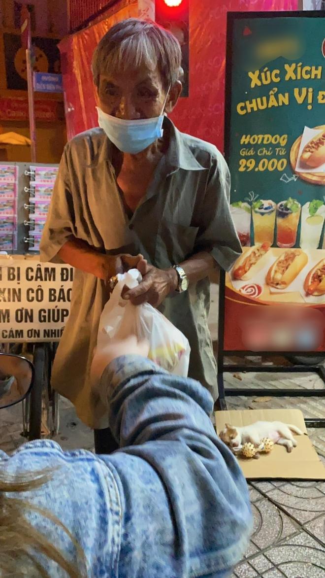 Xúc động câu chuyện ông lão bán vé số câm điếc chăm chút cho chú chó cưng đủ đầy không thiếu thứ gì - Ảnh 2.