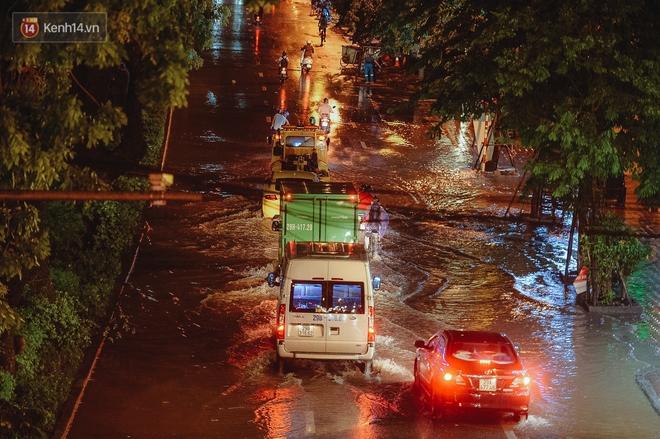 Chùm ảnh Hà Nội sau cơn mưa trắng trời: Cây đổ khắp phố phường, mất điện, người dân không kịp trở tay - ảnh 10