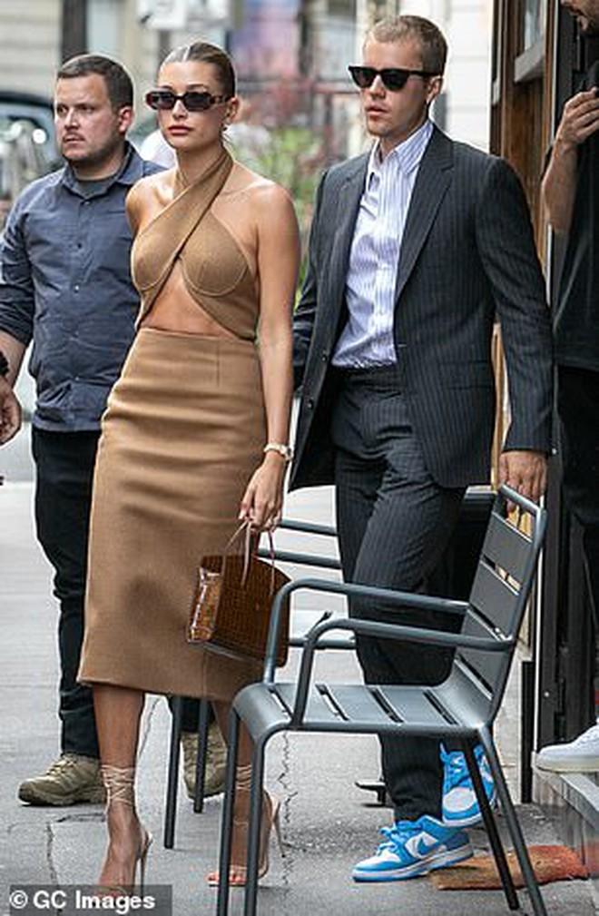 Tranh cãi Justin Bieber diện vest đi sneaker và Hailey hở bạo đến gặp Tổng thống Pháp, lí do hẹn gặp còn gây bức xúc hơn? - Ảnh 7.