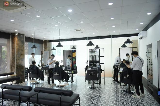 Ảnh: Sau gần 1 tháng chờ đợi, người dân đi cắt tóc gội đầu ngay trong sáng đầu tiên Hà Nội nới lỏng các dịch vụ - ảnh 6