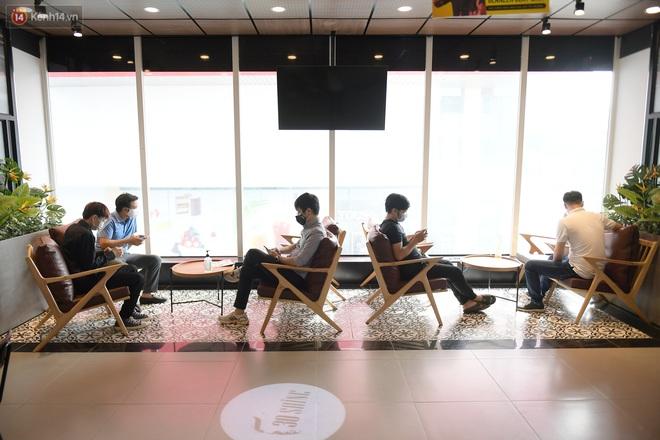 Ảnh: Sau gần 1 tháng chờ đợi, người dân đi cắt tóc gội đầu ngay trong sáng đầu tiên Hà Nội nới lỏng các dịch vụ - ảnh 12