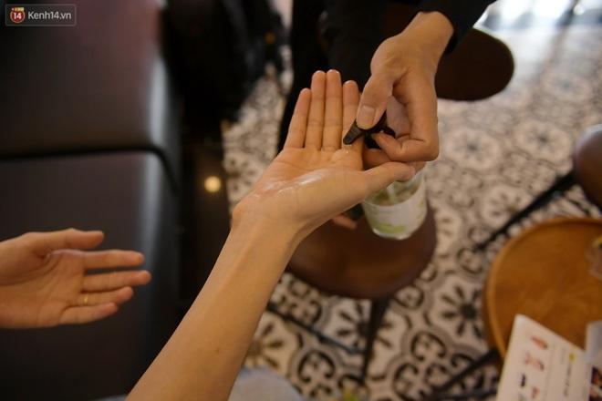 Ảnh: Sau gần 1 tháng chờ đợi, người dân đi cắt tóc gội đầu ngay trong sáng đầu tiên Hà Nội nới lỏng các dịch vụ - ảnh 10