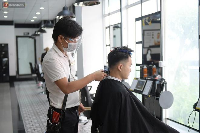 Ảnh: Sau gần 1 tháng chờ đợi, người dân đi cắt tóc gội đầu ngay trong sáng đầu tiên Hà Nội nới lỏng các dịch vụ - ảnh 9