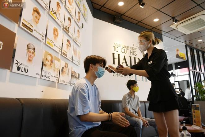 Ảnh: Sau gần 1 tháng chờ đợi, người dân đi cắt tóc gội đầu ngay trong sáng đầu tiên Hà Nội nới lỏng các dịch vụ - ảnh 7