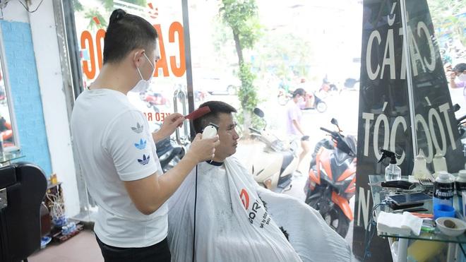 Ảnh: Sau gần 1 tháng chờ đợi, người dân đi cắt tóc gội đầu ngay trong sáng đầu tiên Hà Nội nới lỏng các dịch vụ - ảnh 2