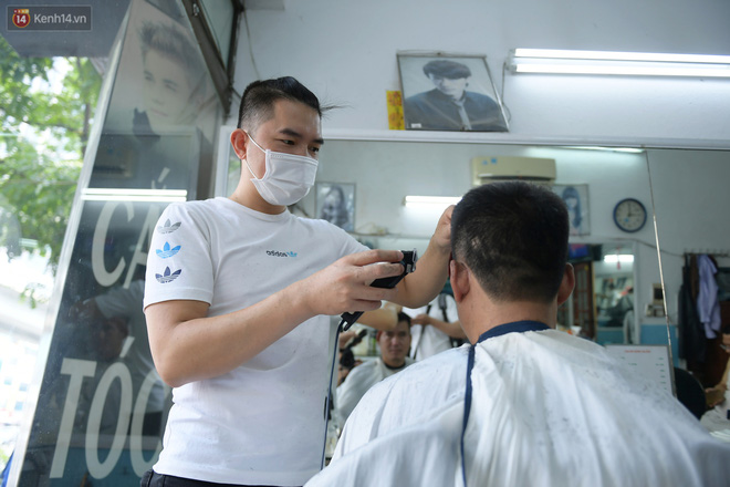 Ảnh: Sau gần 1 tháng chờ đợi, người dân đi cắt tóc gội đầu ngay trong sáng đầu tiên Hà Nội nới lỏng các dịch vụ - ảnh 1