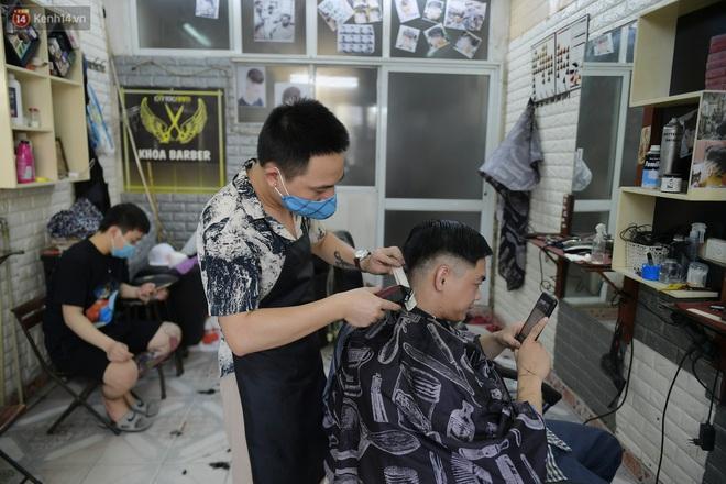 Ảnh: Sau gần 1 tháng chờ đợi, người dân đi cắt tóc gội đầu ngay trong sáng đầu tiên Hà Nội nới lỏng các dịch vụ - ảnh 5